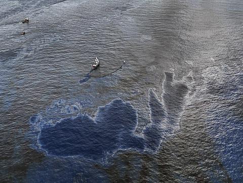 Oil Spill #4, Oil Skimming boat, near Ground Zero, Gulf of Mexico, June 24, 2010 © Edward Burtynsky, courtesy Stefan Röpke, Köln + Nicholas Metivier, Toronto
