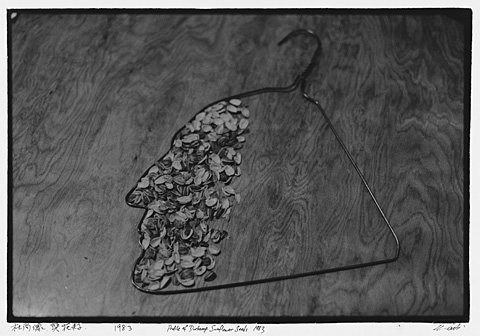 Ai Weiwei Profile of Duchamp, Sunflower Seeds (Duchamps Profil, Sonnenblumenkerne), 1983 Aus New York Photographs (New-York-Fotografien), 1983-1993 C-Print, 20 x 28,5 cm © Ai Weiwei