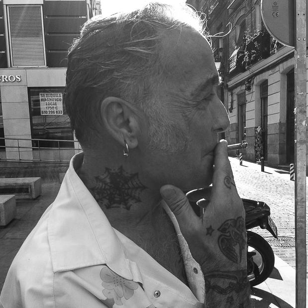 Alberto Garcia-Alix raucht vor seinem Motorrad stehend, Madrid, 2. Juni 2015, Foto mm