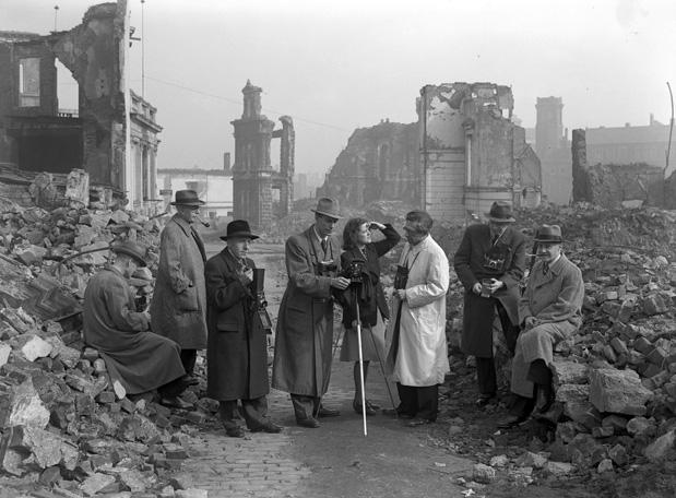 Fotografische Gesellschaft im Kruppschen Bildungsverein bei Trümmeraufnahmen im zerstörten Essen (Akazienallee), 1946