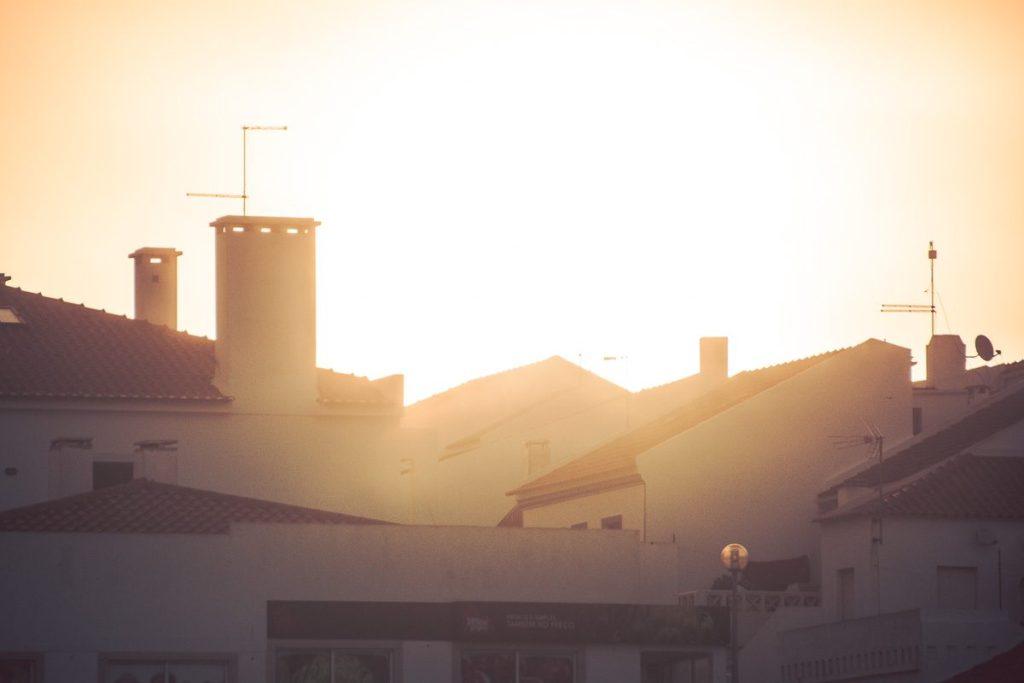 Über den Dächern von Sines im Gegenlicht - Sines Portugal