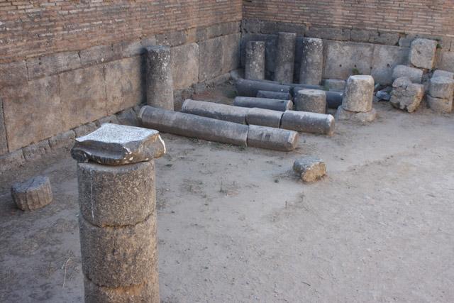 Warsztat Fidiasza rozpoznany jako pracownia wielkiego rzeźbiarza dzięki znalezionemu tam kubkowi z inskrypcją jestem kubkiem Fidiasza. Przeprowadzone pomiary wykazały, że wymiary wnętrza odpowiadały rozmiarom celli świątyni, co ułatwiało prace nad posągiem. Z oryginalnego budynku zachowały się jedynie ortostaty w dolnej partii ścian.