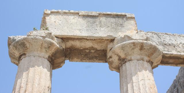 Płaskie echinusy kapiteli pozwalają datować ich powstanie na połowę VI w.