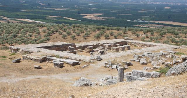 Pozostałości nowej świątyni; widoczna wewnętrzna kolumnada
