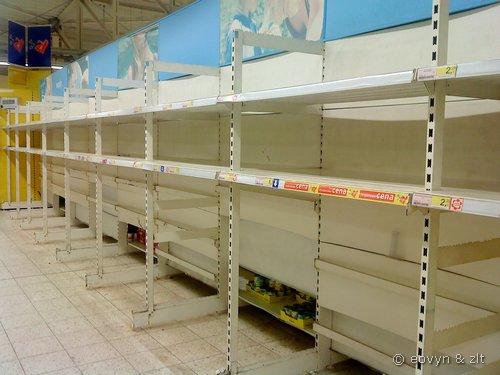 Brak wody w markecie - powódź 2010