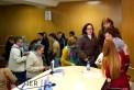 Público asistente haciendo cola para obtener su libro firmado.