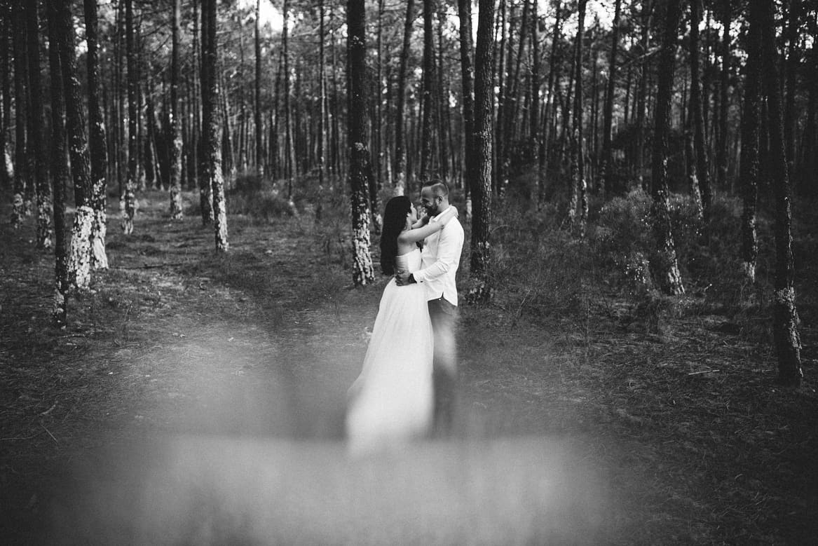 couple holding in the forest during engagement session in Aveiro