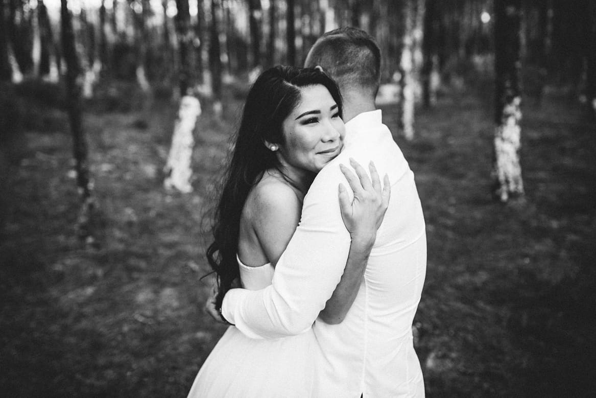 black and white photo of couple hugging in engagement session in Aveiro