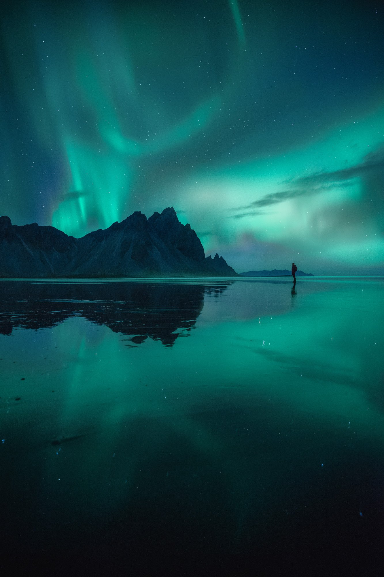 Aurora Boreal en un lago de Islandia - Linzex