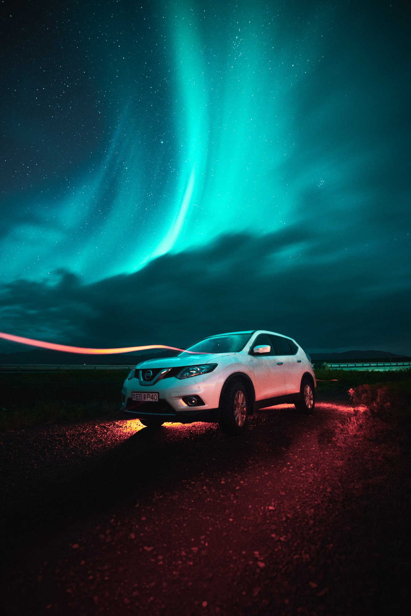 Nissan con Aurora Boreal de fondo en Islandia - Linzex