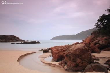 Vista da Praia do Meio em Trindade - Paraty/RJ. No meio da foto, na ponta do continente, está a pedra conhecida como Cabeça do Índio, que marca a divisa dos estados do RJ e SP.