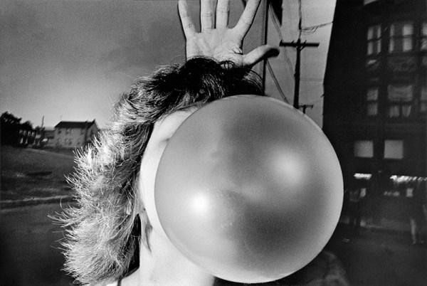 mark-cohen-street-photography fotografia in bianco e nero gomma da masticare palloncino