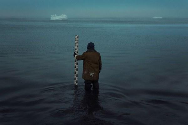 Lo stile della fotografia di Evgenia Arbugaeva weather man