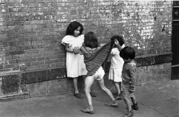 Helen-Levitt bambini che giocano bianco e nero fotografia