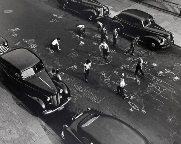 helen levitt gessetti disegni bambini sulla strada fotografa donna