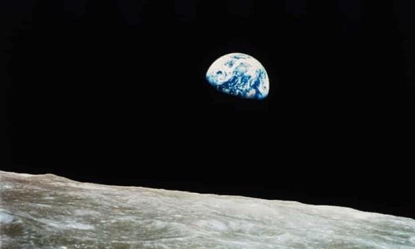 24 dicembre del 1968 l'astronautaWilliam Anders earthrise foto a colori terra dalla luna