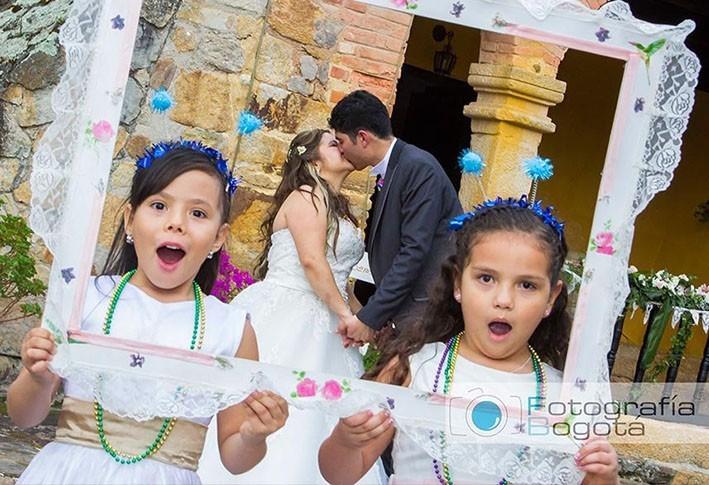 fotografia-beso-romantico-novios-boda-haciendo-el-salitre-boyaca