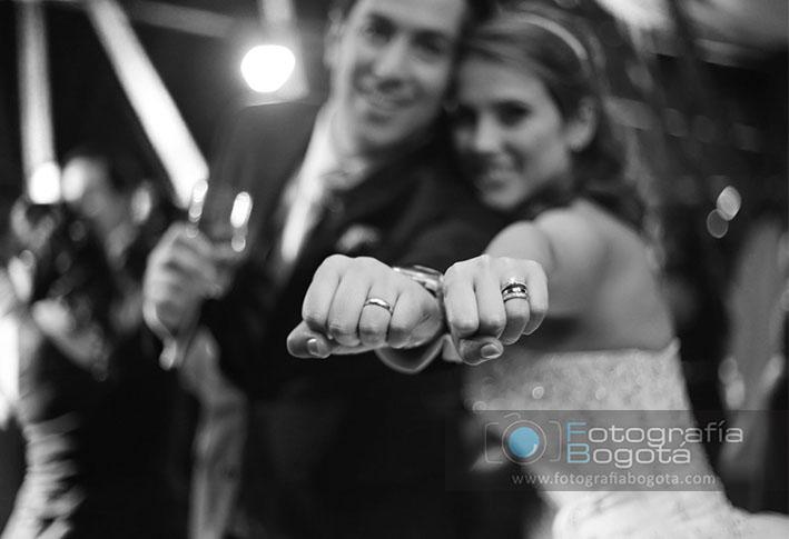 fotografo-de-bodas-profesional-anillos-de-bodas-novios-blanco-y-negro-fotografia-de-bodas