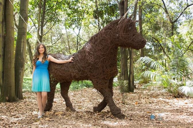 fotografias-de-quince-años-sesion-pre-quince-años-jardin-botanico-vestido-azul-sonriendo-caballo