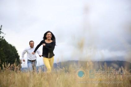fotos-de-parejas-embalse-del-neusa-fotografias-de-novios-sesion-fotografica-felicidad