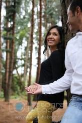 fotos-de-parejas-embalse-del-neusa-fotografias-de-novios-sesion-fotografica-novios-esposo