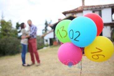 sesion-de-fotos-en-villa-de-leyva-fotografias-de-parejas-fotos-de-pre-boda-fotos-creativas-globos