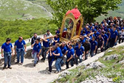 Viggiano (PZ), maggio 2013, celebrazioni per la Festa della Madonna Nera; la salita al Sacro Monte