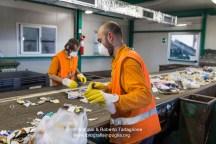 Al lavoro nella RecSel (Taranto), azienda che iopera nel settore della separazione dei RSU