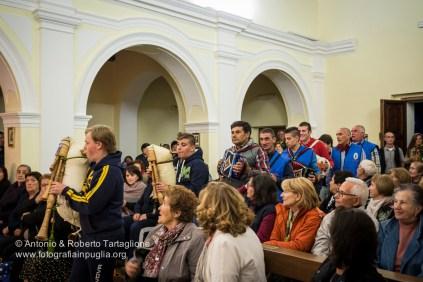 I suonatori entrano all'interno del santuario creando delle pause musicali durante il rosario