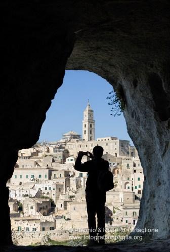 Matera vista da una grotta che si affaccia sulla gravina.