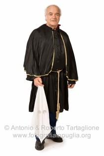 Mauro Massari indossa per noi un vecchio Domino. E' hiara la derivazioni dagli abiti indossati dai confratelli durante i riti della Settimana Santa.