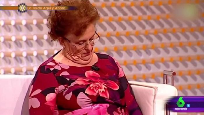 Señora dando una sana y necesaria cabezaíta, modalidad corta de la siesta.