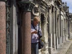 cursist Eduard bekijkt foto's op zijn camera
