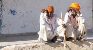 Rajasthan: zwei ältere Herren sitzen auf einem Mauerabsatz