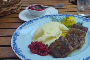 Wärdshuset Ulla Winbladh - Bellmans stekta strömming med potatispuré, rårörda lingon samt skirat smör Bellmans Baltic herring with potato purée, lingonberries and melted butter