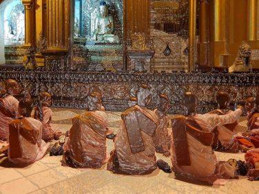 buddhistische Nonnen am Vollmondlichterfest auf der Shwedagonpagode in Yangon