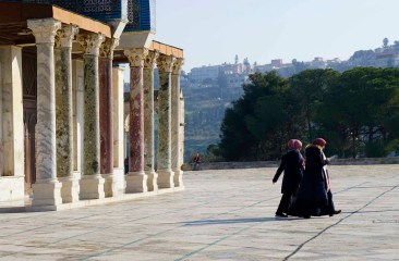 muslimische Frauen vor dem Porticus des Haupteingangs zum Felsendom