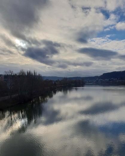 Wolkenspiegelung in der Mosel, Koblenz