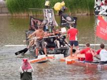 Der spannenste Wettkampf: Betonboot gegen die wanne des Todes. Sieger werden die Architekten.