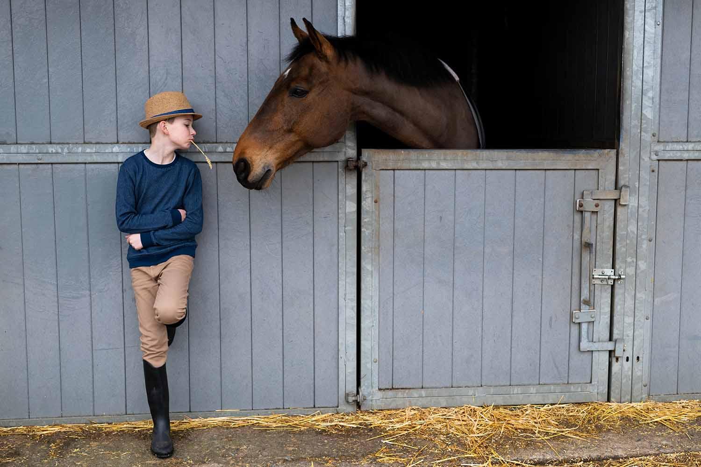 communie jongen manège paard