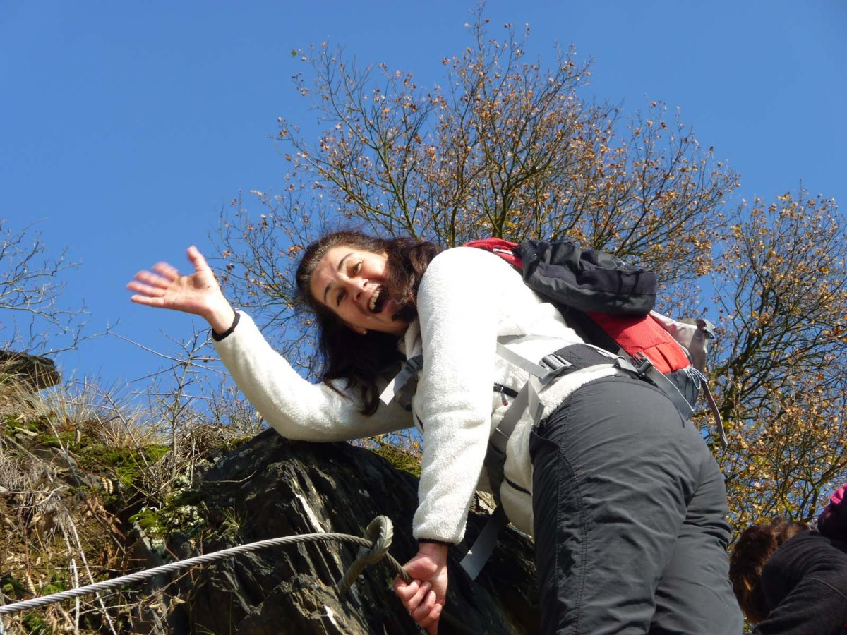 Tanja auf der Leiter am Klettersteig - Wanderschnecken auf dem Rheinburgenweg