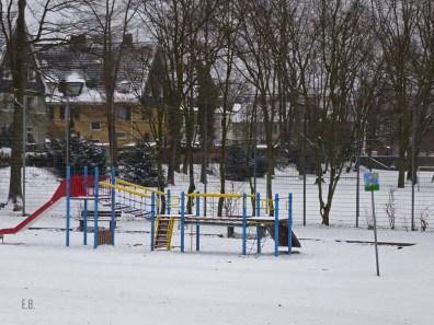 Kinderspielplätze wirken im Schnee so verlassen, aber sie sind schön bunt