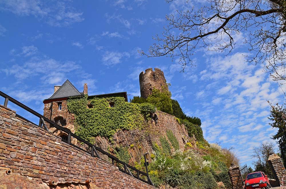 Erbaut wurde die Burg 1198 bis 1206. Die Erzbischöfe von Köln und Trier belagerten sie 1246-1248. Im 10 JH wurde die sehr verfallene Burg von Dr. Allmers aufgekauft und wieder in Stand gesetzt. Seit 1973 ist sie im Besitz der Familien Wulf und Allmers.
