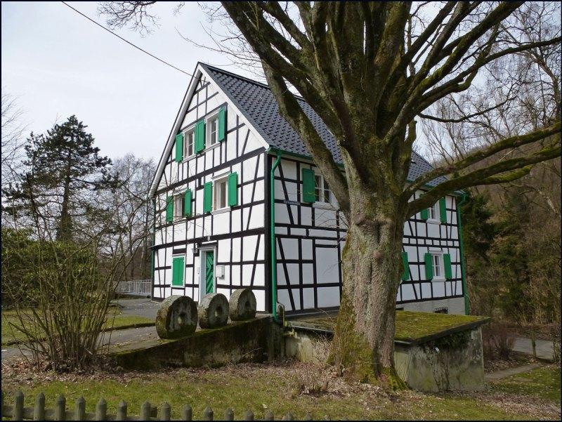 Erstmals um 1487 als Hermann op der Mühlen erwähnt, trug sie später noch viele Namen.Früher Frucht- und dann Kornmühle und später (1935) Erholungsheim. Im Moment wird gerade wieder saniert, in der Hermannsmühle. Im März 2012 hat es in dem Gebäude gebrannt, ob die Arbeiten nun noch damit zusammenhängen, weiß ich nicht.