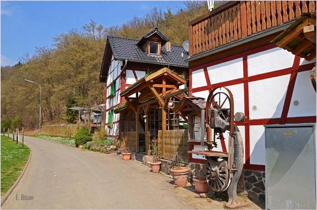 Der Rübenkeller Das Gebäude, in dem sich das Restaurant befindet, gehörte ebenfalls zu einem bäuerlichen Gehöft und diente viele Jahre als Kuh-, Schweine-, Pferde- und Hühnerstall. Über den Stallungen befand sich üblicherweise das Stroh- und Heulager. Das Wohnhaus wie auch die Stallungen sind im typischen eifeler Fachwerkstil gebaut worden. Das kleine Wohnhaus weist noch eine Besonderheit auf die in früheren Jahren noch sehr gängig war. Das Haus ist weit über 300 Jahre alt. 150 Jahre hat es allerdings im Vischeltal gestanden. Das ist etwa 10 Kilometer vom jetzigen Standort entfernt. Im Vischeltal wurde es als Pfarrhaus genutzt. Nachdem der letzte Pfarrer im Vischeltal das zeitliche gesegnet hatte wurde das Haus nicht mehr gebraucht und man verkaufte es. Der neue Eigentümer demontierte das Häuschen (oder ließ es demontieren) und baute es an dem heutigen Standort wieder auf. Das ist bei einer Fachwerkkonstruktion nicht sonderlich schwierig, da sämtliche Pfosten, Riegel, Streben, usw. gekennzeichnet sind.