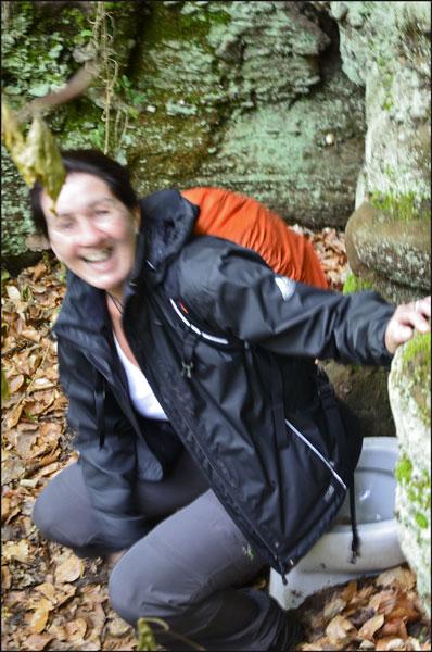 Irsi weigert sich entschlossen, Tanja ließ sich überreden sich für das Foto zu positionieren