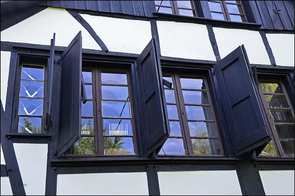 Fenster am Wipperkotten, der für Gruppen täglich nach Vereinbarung geöffnet hat. Vorträge bzw. Führungen kosten 30 €, normale Besichtigung 1€ p.P.. Das Gebäude scheint zum Verkauf angeboten zu werden.