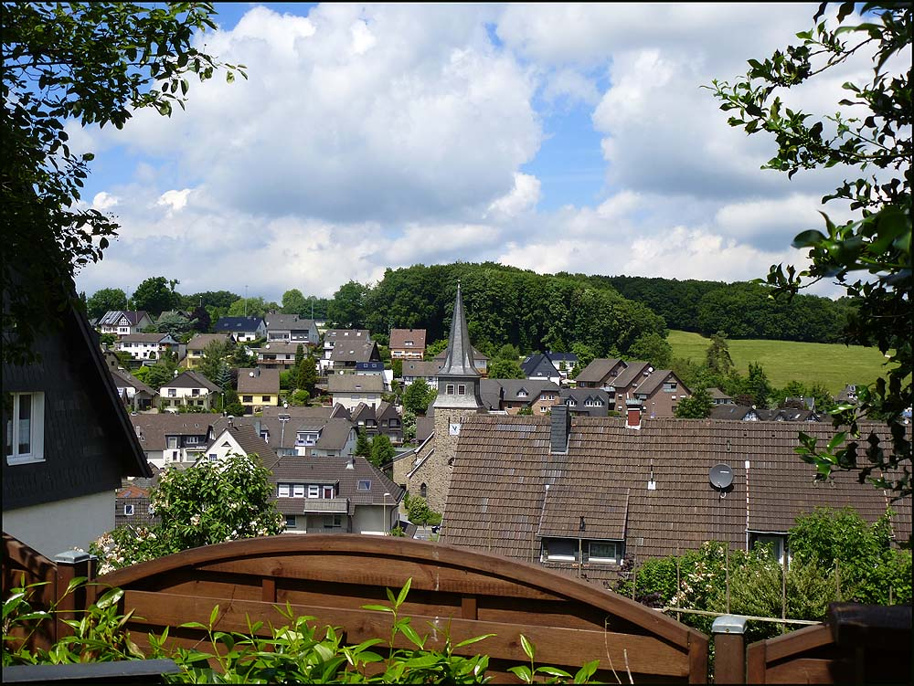 Blick auf Biesfeld und die Kirche