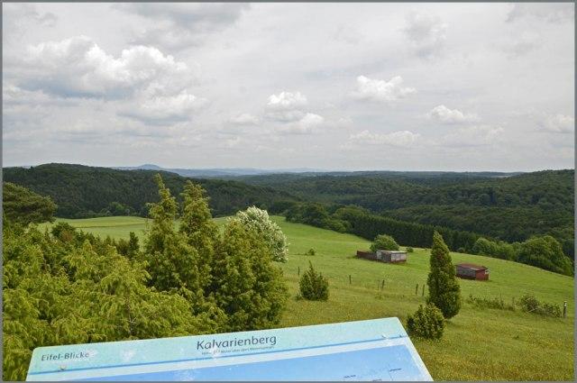 Blick vom Kalvarienberg auf die sanfte Kuppe des Aremberg und dem spitzen Hut der hohen Acht.