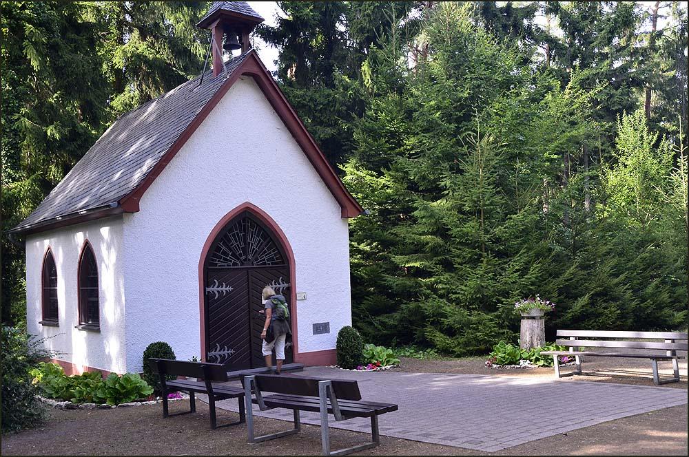 Unsere letzte Station ist die Schönstattkapelle und wie Karin heraus findet, findet die Altareinweihung am 27.5.1956 statt, also nur 25 Tage nach meiner Geburt :-)